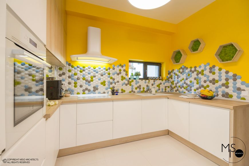 Poze Bucatarie - Bucatarie moderna cu mozaic in 4 culori imbinate armonios
