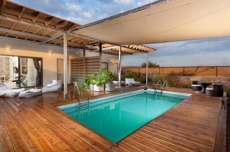 Poze Piscina - Lemnul este vedeta amenajarii exterioare din jurul acestei piscine moderne
