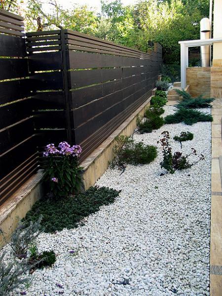 Poze Garduri si porti - Gard din lemn, piatra decorativa, plante ornamentale