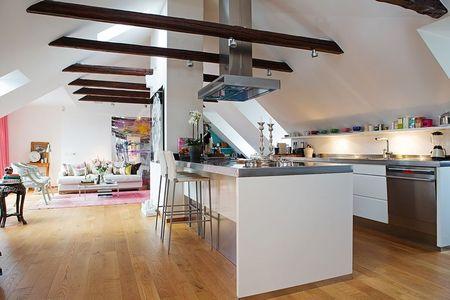Poze Bucatarie - Bucatarie moderna intr-un apartament amenajat la mansarda