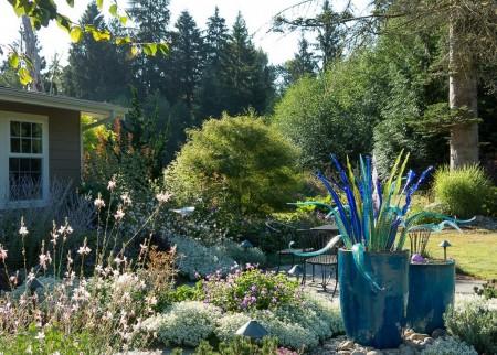 Poze Gradina de flori - Arta moderna isi face locul si in gradinile rustice