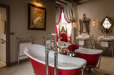 Poze Baie - Decor romantic intr-o baie clasica pentru doua persoane