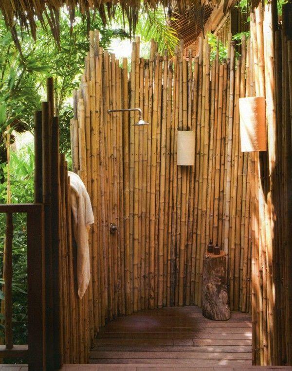 Poze Baie - Lemn de bambus pentru dusul construit in gradina