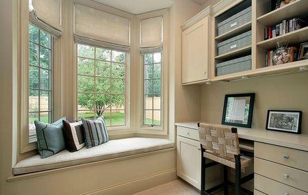 Poze Birou si biblioteca - Bancuta integrata in fereastra acestui birou constituie un bun mijloc de relaxare