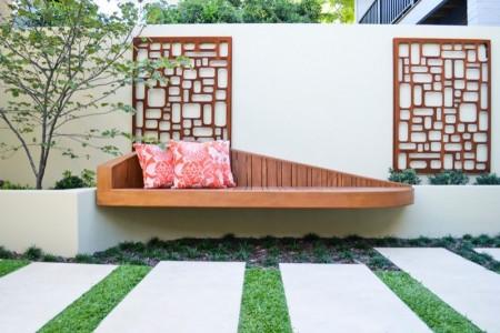 Poze Gradina de flori - Bancuta de gradina moderna, in ton cu intreaga amenajare exterioara