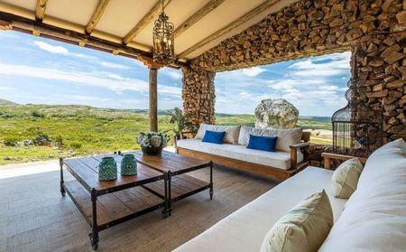 Poze Terasa - Bancute din lemn cu perne mari, confortabile intr-o terasa deosebita