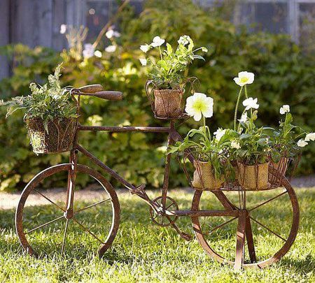 Poze Gradina de flori - Bicicleta veche transformata intr-o frumoasa decoratiune de gradina