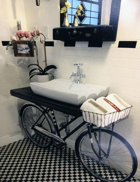 Poze Haioase - Bicicleta pe post de suport pentru lavoarul din baie