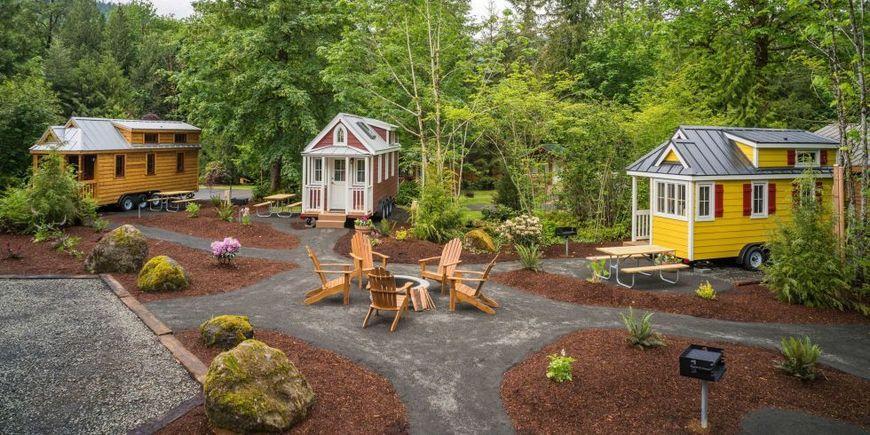 Case mici din lemn pe roti