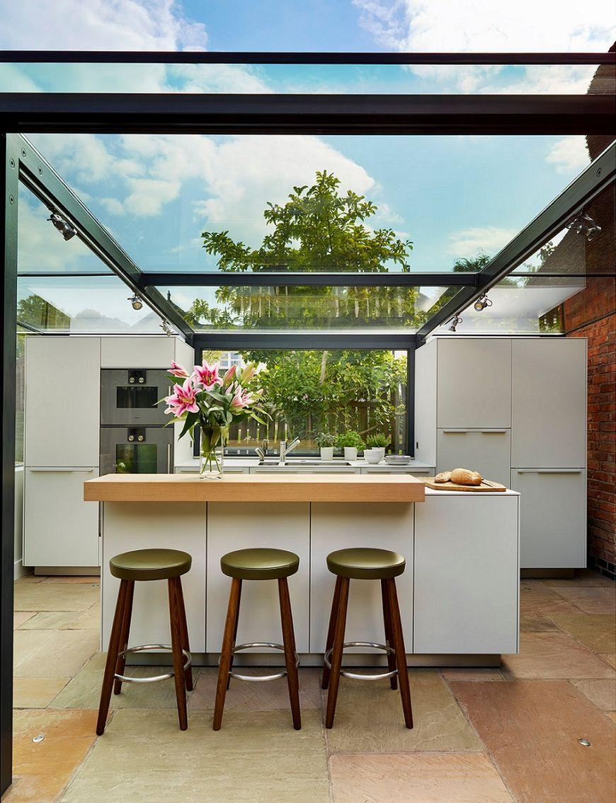 Bucatarie ultramoderna cu acoperis din sticla