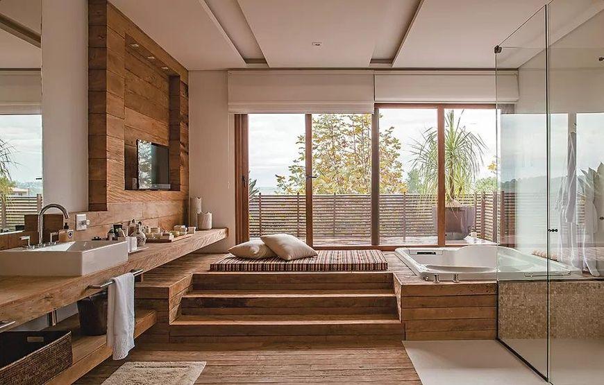 Finisaje din lemn intr-o baie moderna luxoasa
