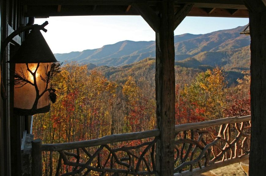 Balcon cu o balustrada rustica din lemn