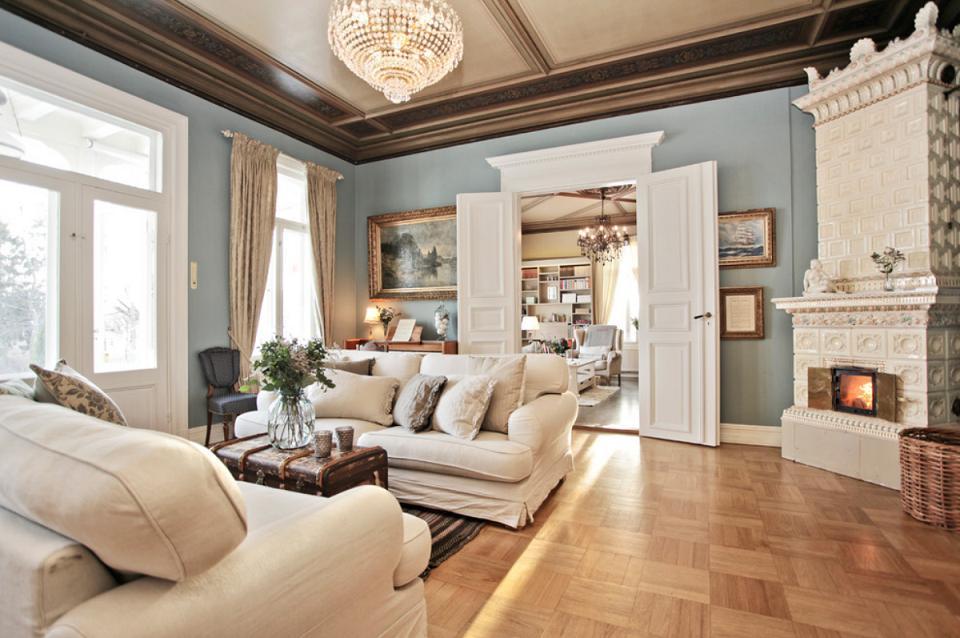 Living clasic cu soba din placi de portelan