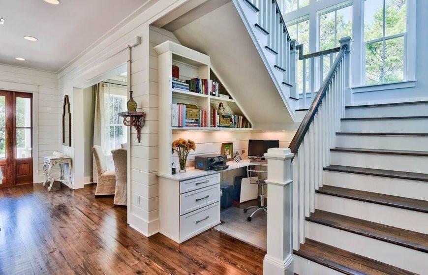 Locul nefolosit de sub scara se poate dovedi solutia perfecta pentru amenajarea unui mic birou pentr