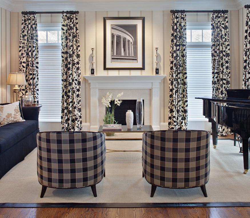 Draperiile, tapiseria mobilierului sau pernele decorative joaca un rol esential in decorarea acestui