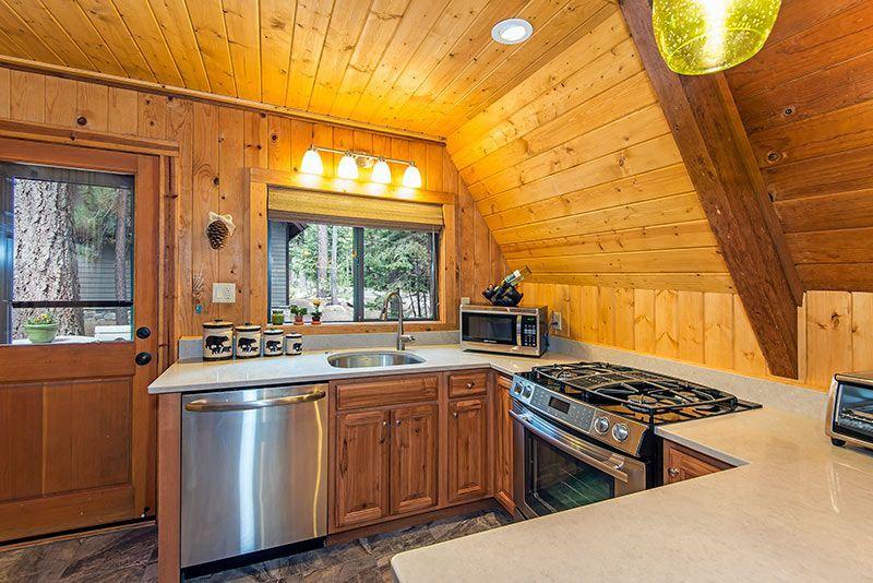 Bucataria intr-o mica casa din lemn