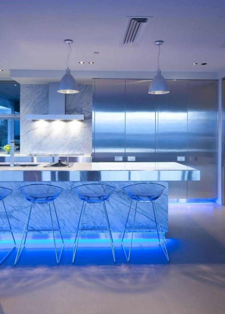 Bucatarie futurista iluminata cu lumina albastruie