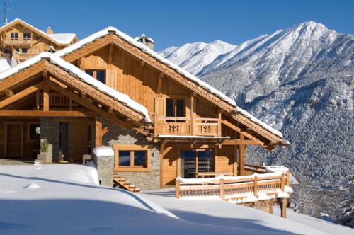 Cabana montana de ski construita din lemn si piatra