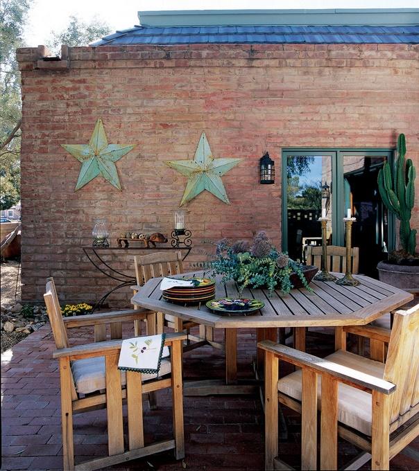 Caramida, lemnul si fierul forjat definesc perfect o terasa clasica