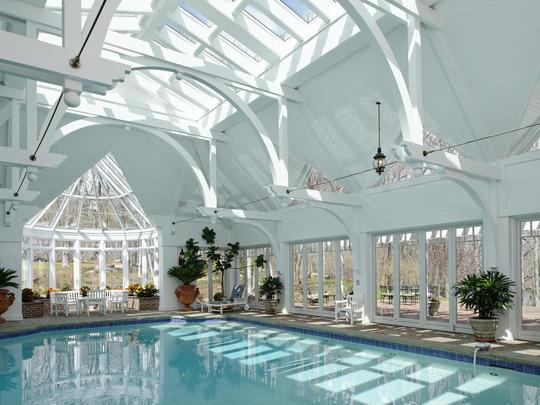 Piscina in interiorul unei constructii cu un design deosebit