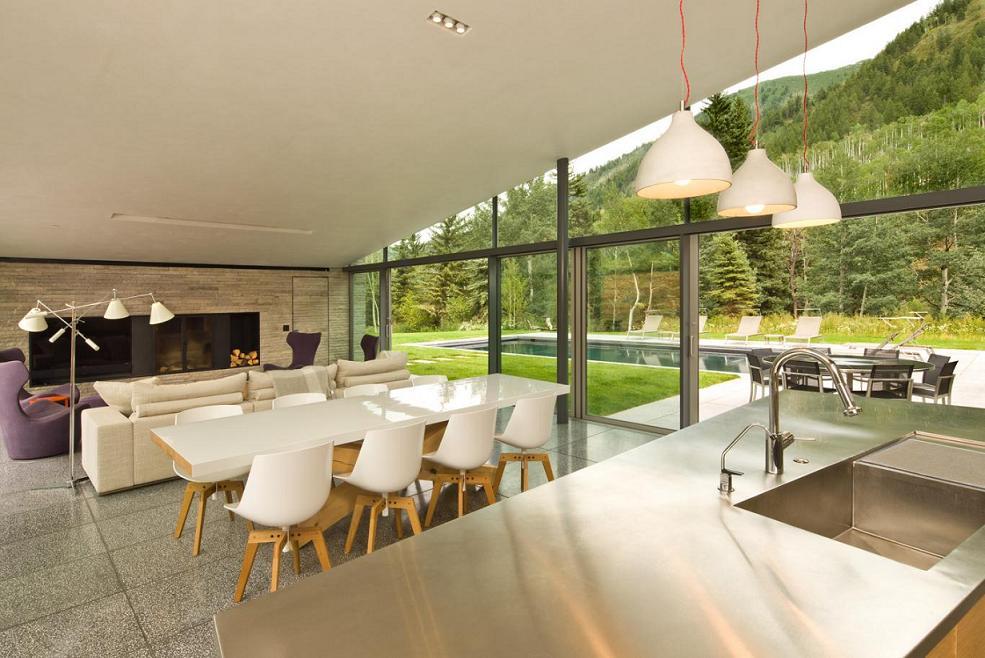 Locul de luat masa cu perete din sticla si usi glisante mari