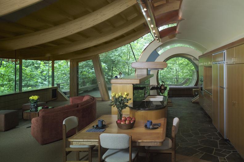 Living cu grinzi curbe din lemn stratificat