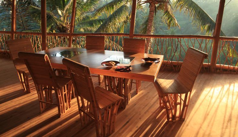 Loc de servit masa in casa din bambus
