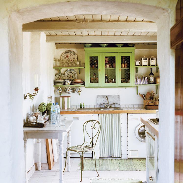 Bucatarie amenajata rustic si zugravita in culori deschise, ce evoca stilul scandinav