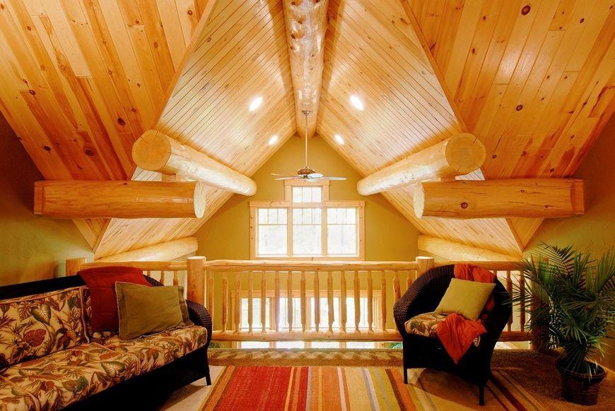 Mansarda unei case din lemn