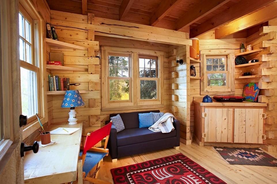 Casa din lemn intr-un copac