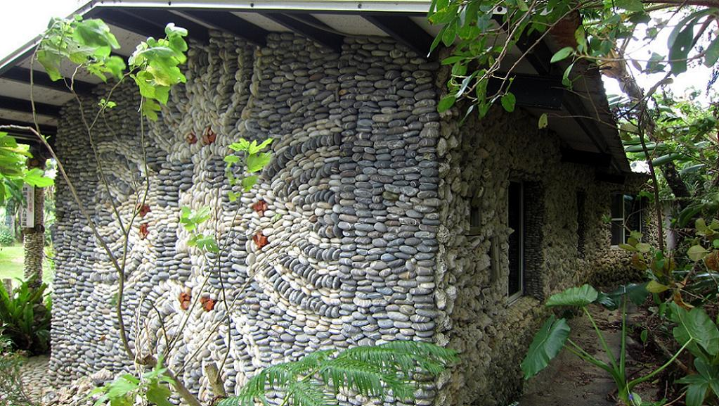 Casa din piatra cu un interesant model pe unul din peretii laterali