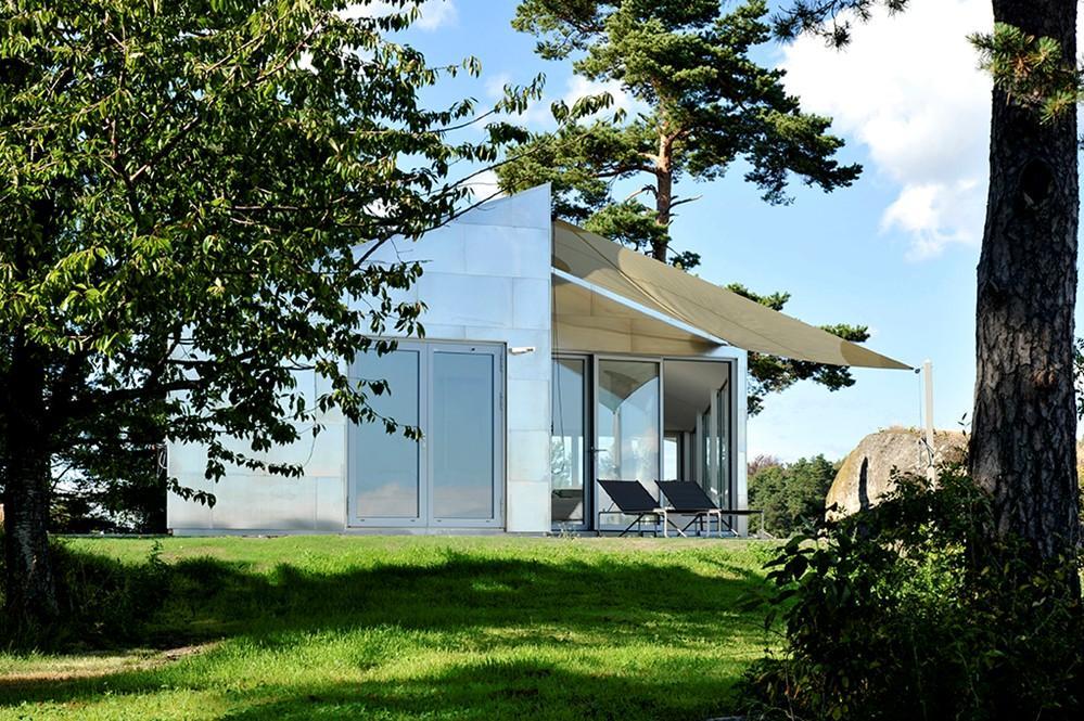 Terasa unei case a carei fatada este invelita in aluminiu