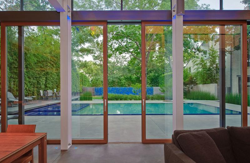 Terasa cu acces la piscina