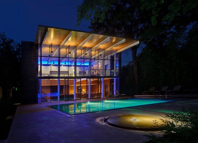 Lumini si umbre la piscina