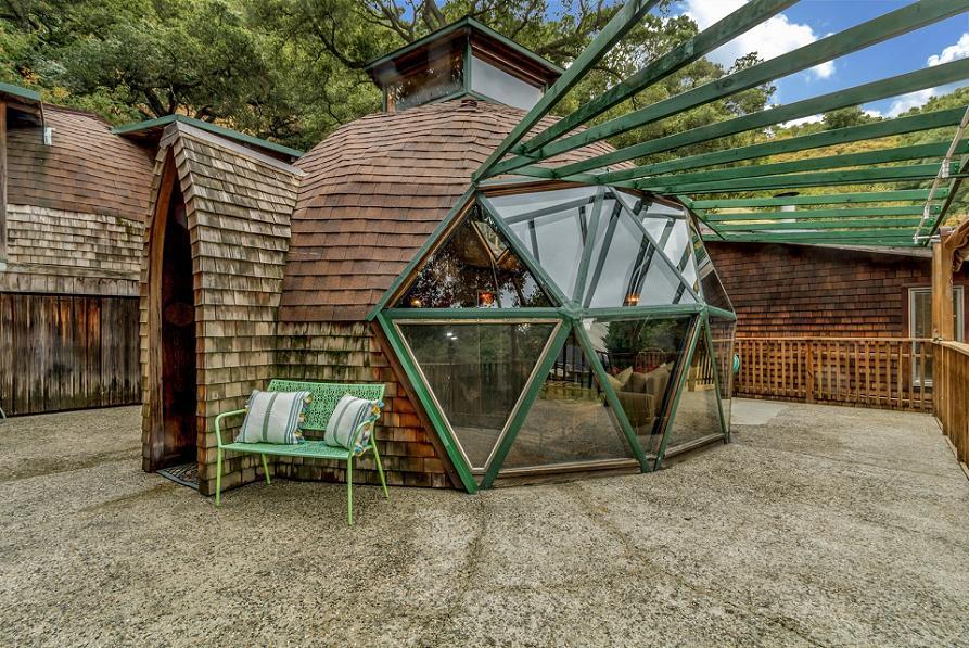 Dom geodezic construit din lemn de stejar vechi recuperat de la un depozit demolat