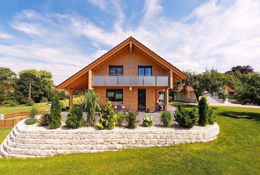 Casa inconjurata de o gradina frumos amenajata