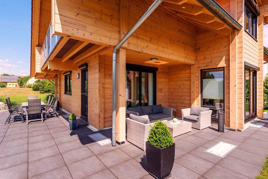 Terase partial acoperite la o casa din lemn masiv for Case cu terase