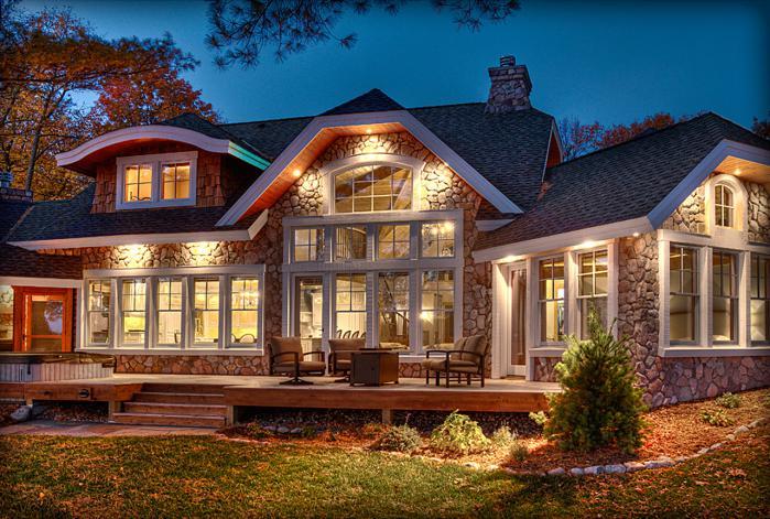 Casa cu fatada din piatra iluminata cu spoturi incastrate in pazie