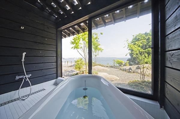 O baie minimalista, dar cu multa lumina naturala, intr-o casa cu  aspect de hambar