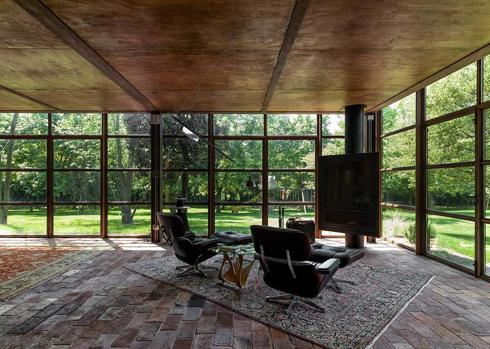 Zona destinata relaxarii, cu pereti din otel si sticla