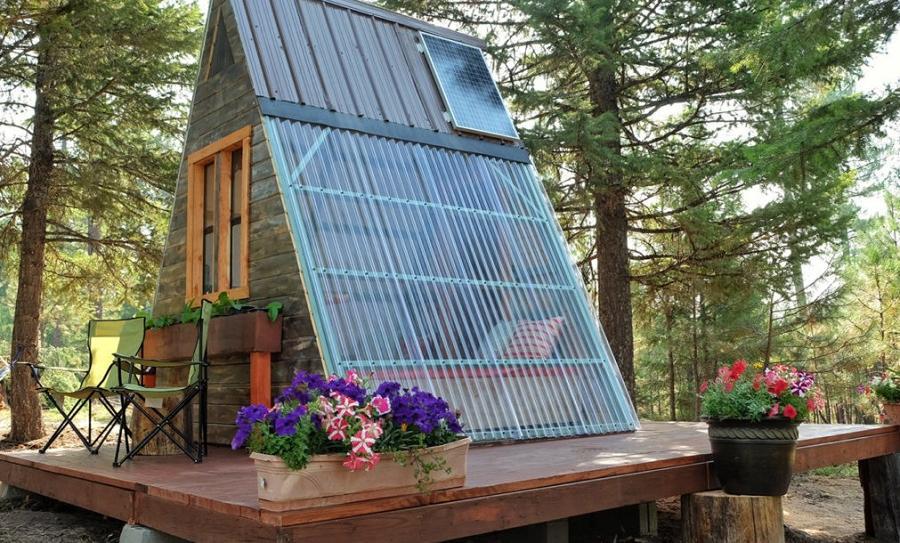 Casa mica si ieftina in forma de A cu o latura a acoperisului transparenta