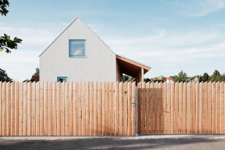 Un gard rustic, simplu, dar estetic, din lemn
