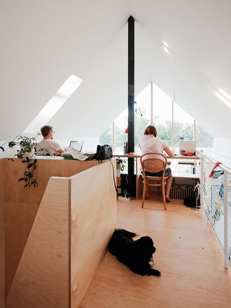 Un birou, de dimensiuni relativ mici, dar functional, amenajat la mansarda.