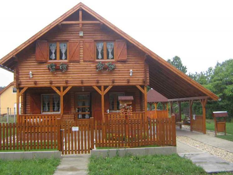 Casa din lemn cu pridvor, pavilion si obloane din lemn