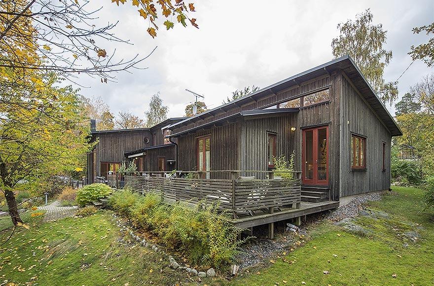 Casa cu fatada din lemn de pin