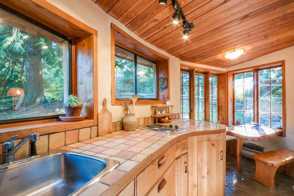 Lumina din plin in bucataria acestei case ecologice construita din lut, lemn si piatra naturala.