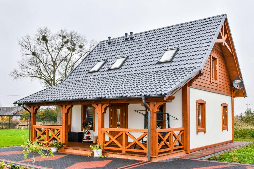 Casa cu terasa din lemn
