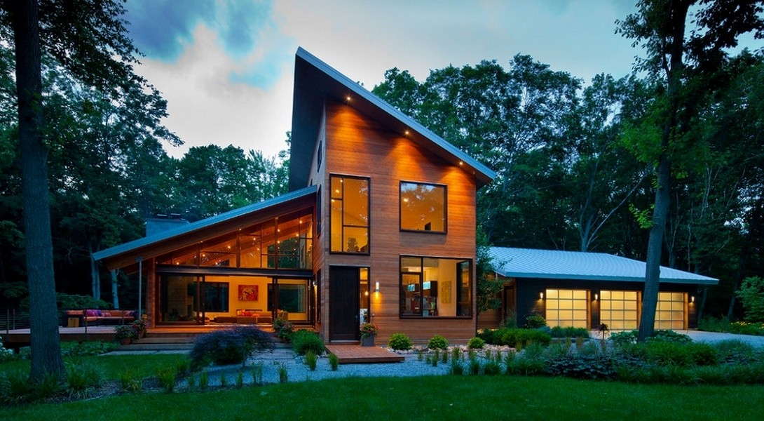 Casa moderna din lemn cu suprafete vitrate generoase for Casa moderna romania
