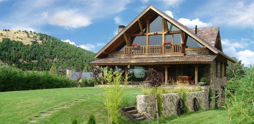 Casa de vacanta din lemn si piatra, avand patru dormitoare, pe care oricine ar fi tentat s
