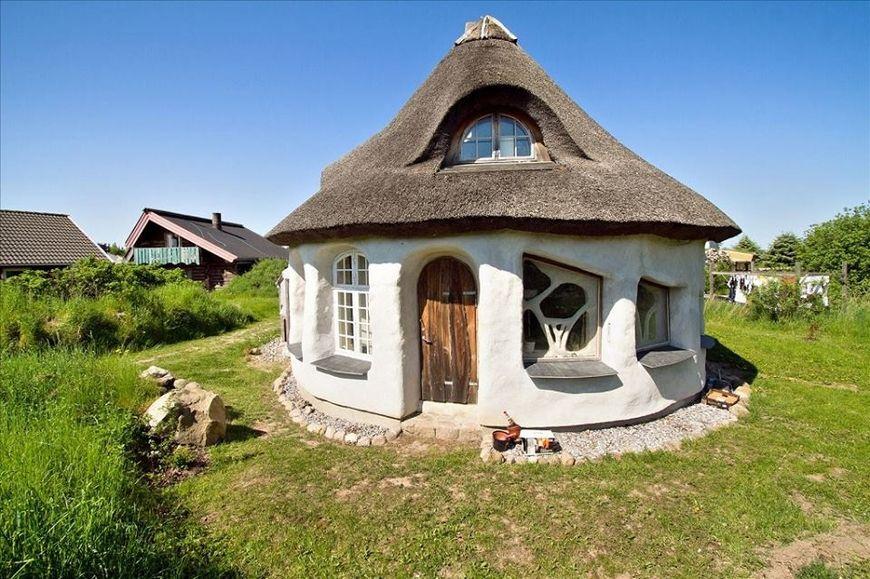 Casa cu pereti din lut, lemn si paie